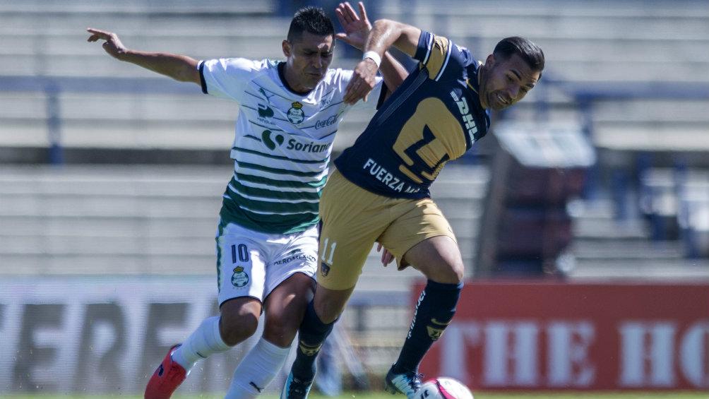 Osvaldo Martínez y Bryan Rabello en jugada del partido