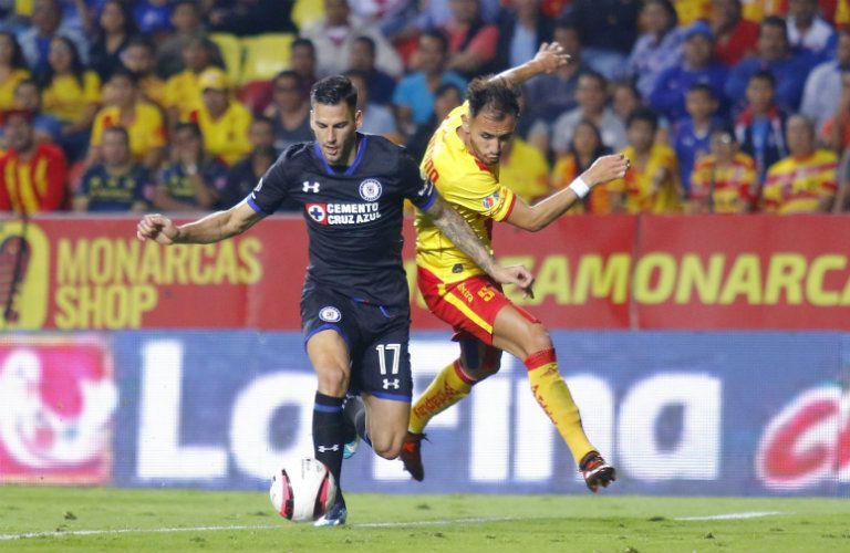 Édgar Méndez disputa el balón contra Carlos Guzmán