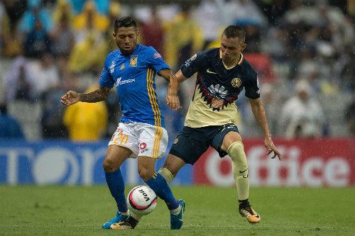 Aquino y Aguilar en un partido en el estadio Azteca