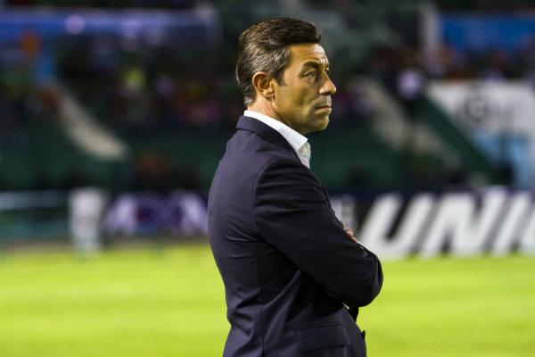 Pedro Caixinha observa a su equipo en juego de Liga MX