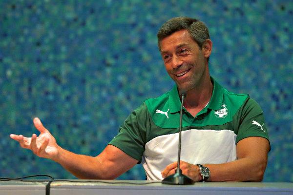 Pedro Caixinha en una conferencia de prensa con Santos