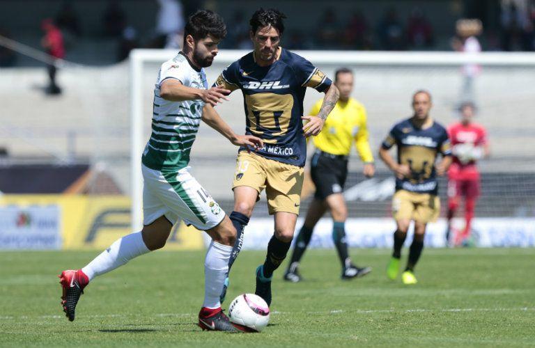 Araujo domina el balón frente a Mauro Formica