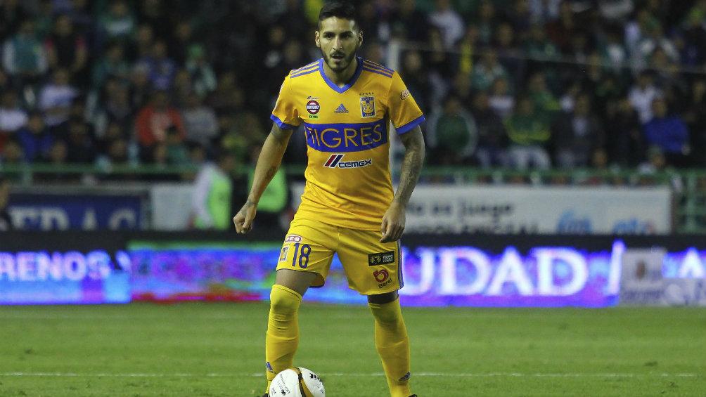 Ismael Sosa controla el balón en un juego con Tigres