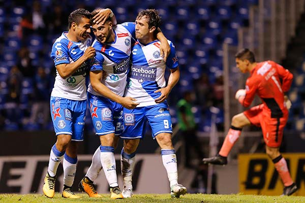 Cavallini celebrando un gol con sus compañeros