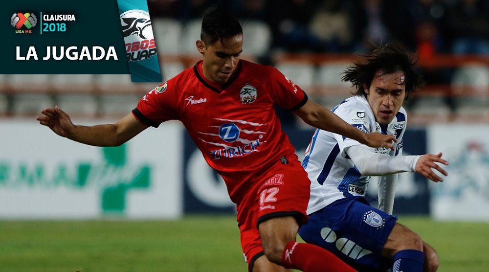 Heriberto Olvera disputa el balón durante la J3