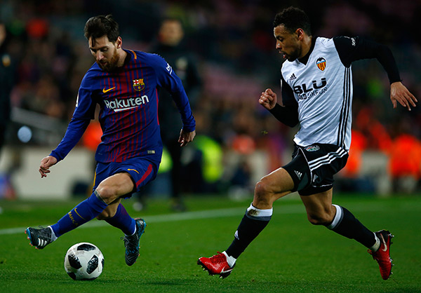 Messi intenta driblar en medio campo