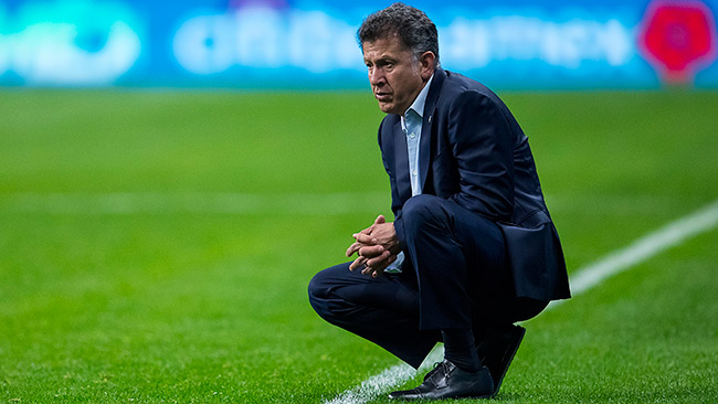 El DT colombiano observa el juego contra Bosnia
