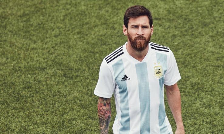 Messi posa con la playera de la Albiceleste