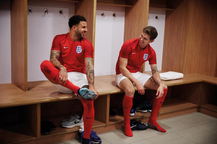 Jugadores ingleses posan con la playera visitante