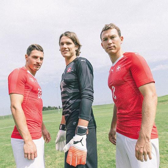 Jugadores suizos posan con la playera de la selección europea