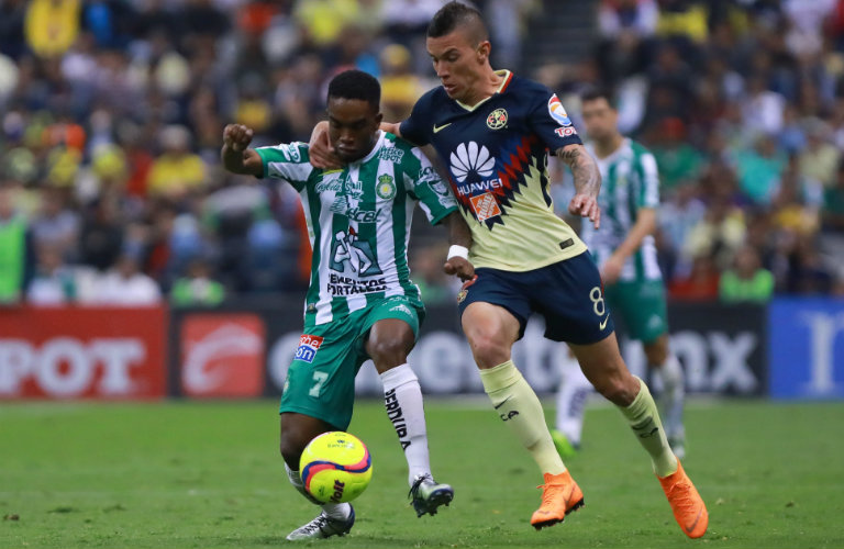 Mateus Uribe intenta recuperar el balón frente a Burbano del León