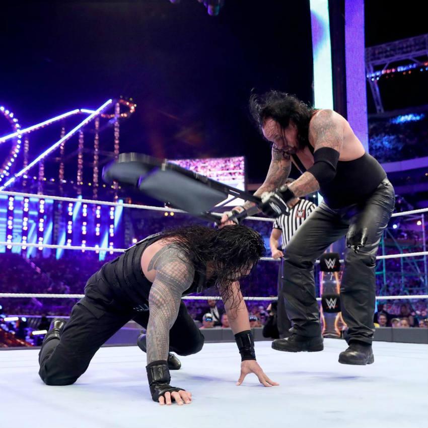 Roman Reigns sufre de un silletazo por parte de Undertaker