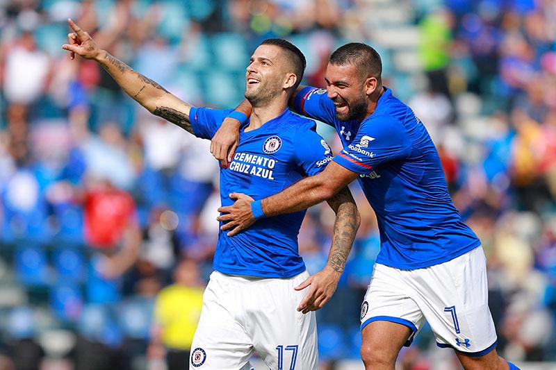 Cauteruccio celebra un gol con Méndez