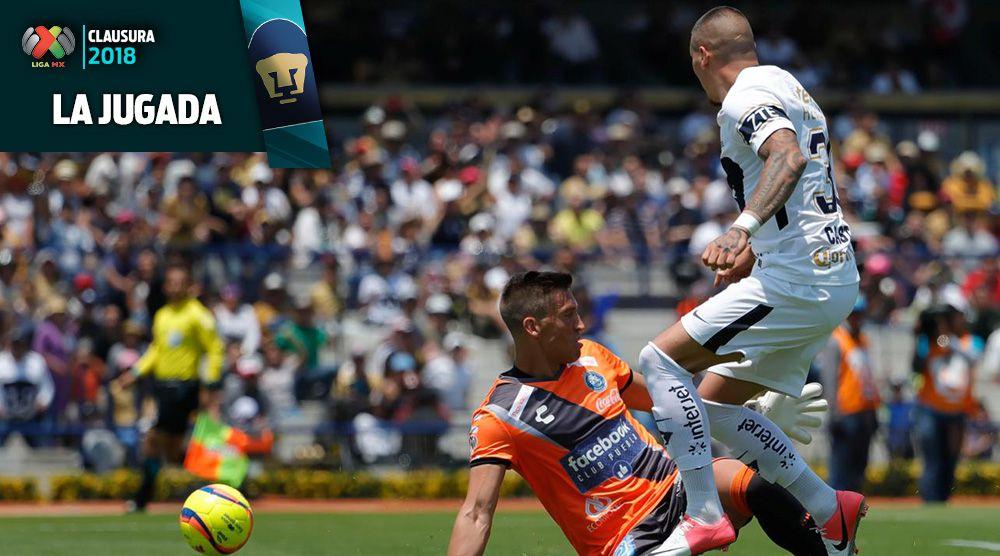 Nico, durante la jugada polémica que originó el primer gol de Pumas