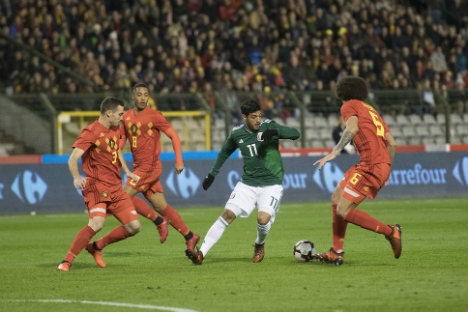 Vela intenta robar el balón en el juego entre Bélgica y el Tri