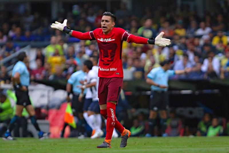 Alfredo Saldívar reclama una acción en un juego con Pumas