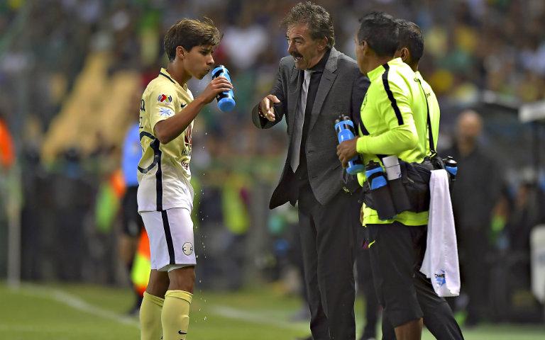 Ricardo La Volpe da indicaciones a Diego Lainez