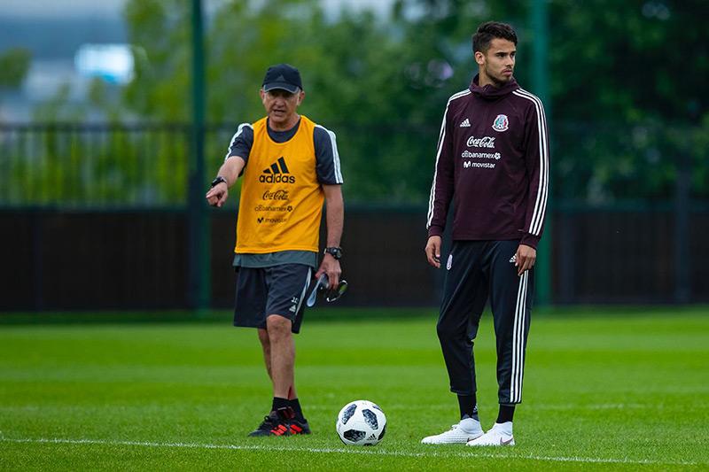 Reyes junto a Juan Carlos Osorio en una práctica del Tri