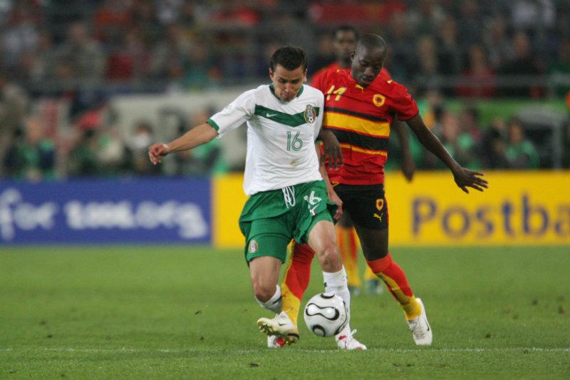 Mario Méndez pelea por el balón en el duelo contra Angola