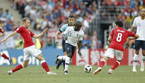 Ngolo Kante intenta superar a dos rivales