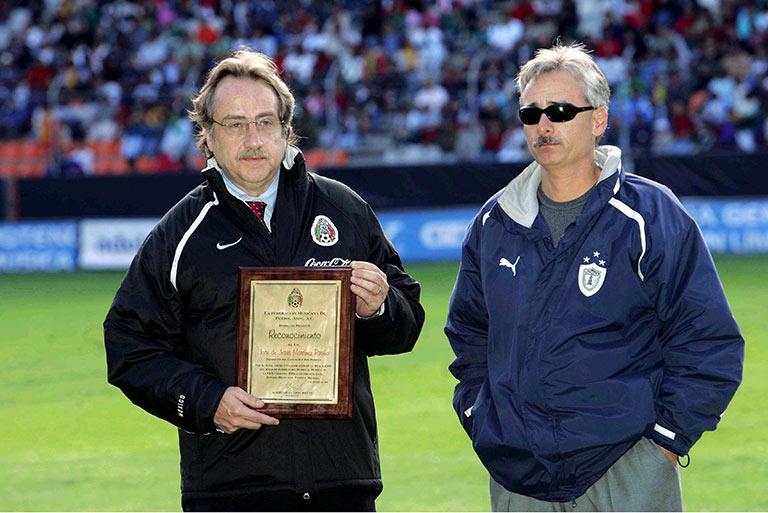 De María, como secretario general de Femexfut, entregando un reconocimiento a Jesús Martínez, presidente del Pachuca, en 2004