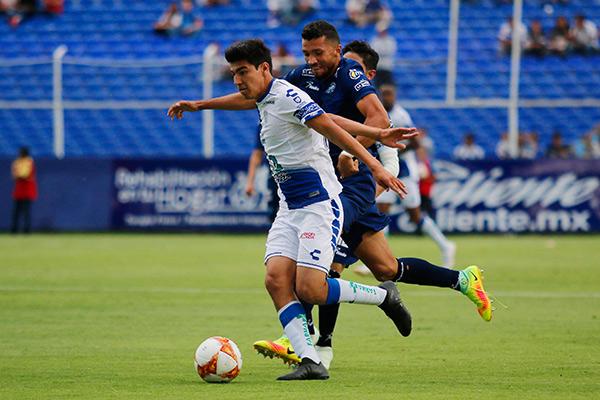Gutiérrez conduce el balón en juego contra Monterrey