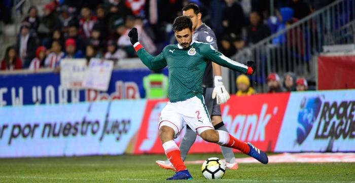 Oswaldo disputa un duelo con las Chivas en Concacaf