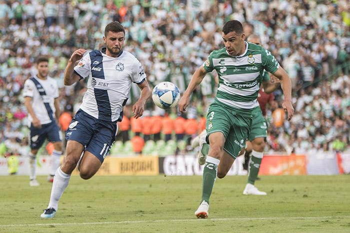 Alcoba pelea el esférico durante el partido contra Puebla