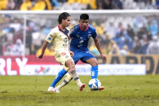 Lainez y Gallarfdo durante partido en el Azteca