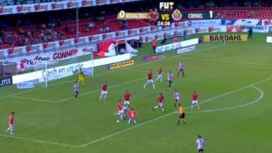 Polémica jugada del segundo gol de Chivas