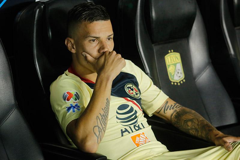 Mateus, serio en la banca del Estadio León