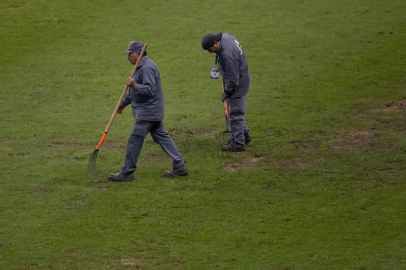 Trabajadores del Estadio Azteca revisan el terreno de juego