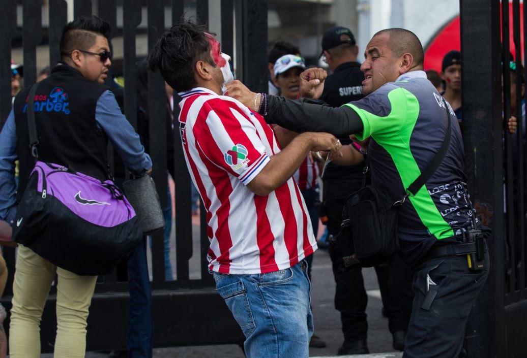 Guardia del estadio agrede a seguidor de Chivas