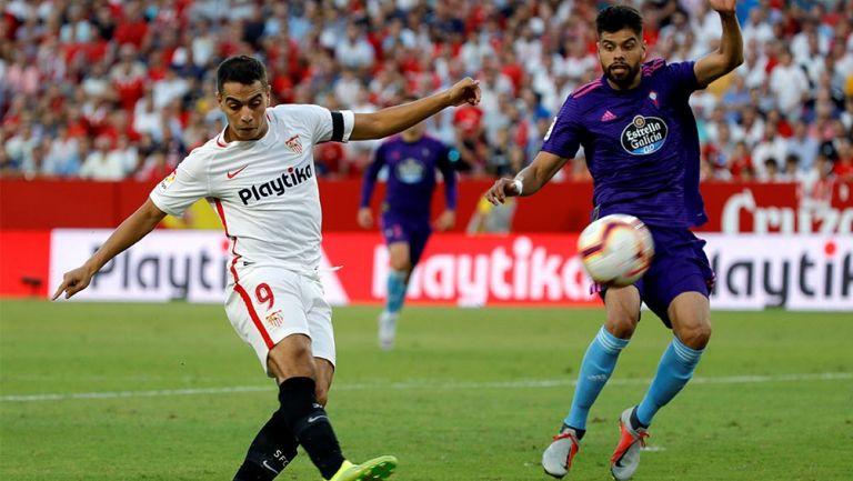 Néstor Araujo pelea por el esférico en duelo contra Sevilla