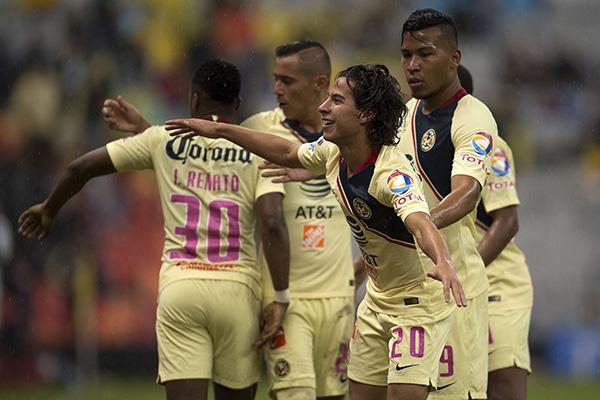 Diego Lainez celebra golazo contra Xolos