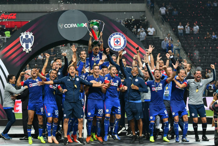 Cruz Azul levantando la Copa MX