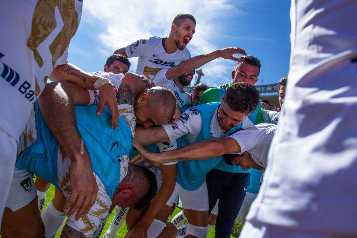 Festejo de jugadores de Pumas en CU