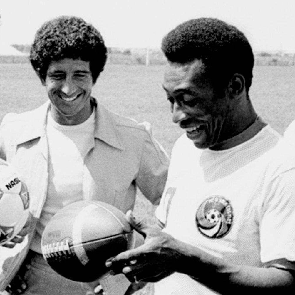 Pelé sostiene un ovoide en compromiso con los Giants
