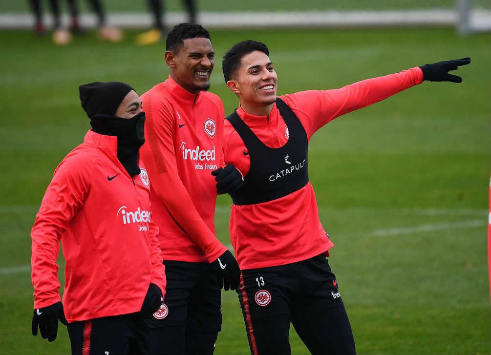 Carlos Salcedo entrenando con el Eintracht Frankfurt