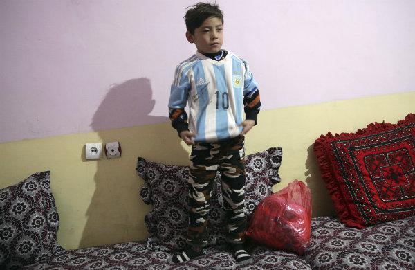 Murtaza posa con la playera autografiada por Messi