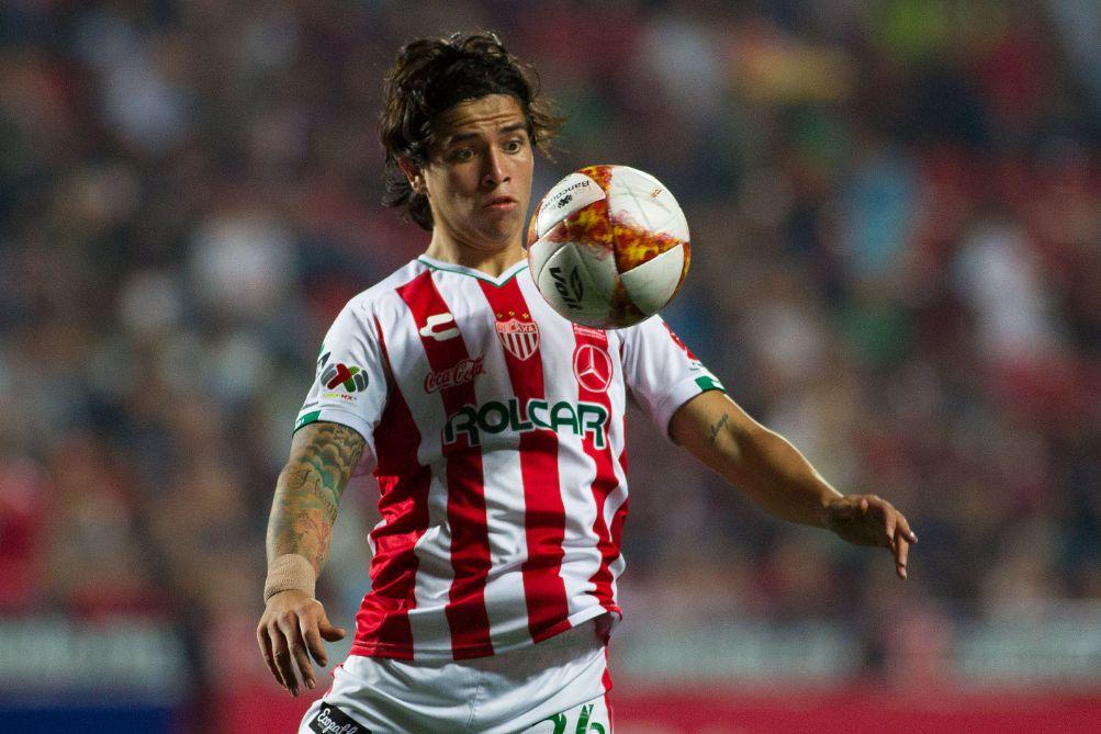 Víctor Dávila gana el balón en duelo de los Rayos