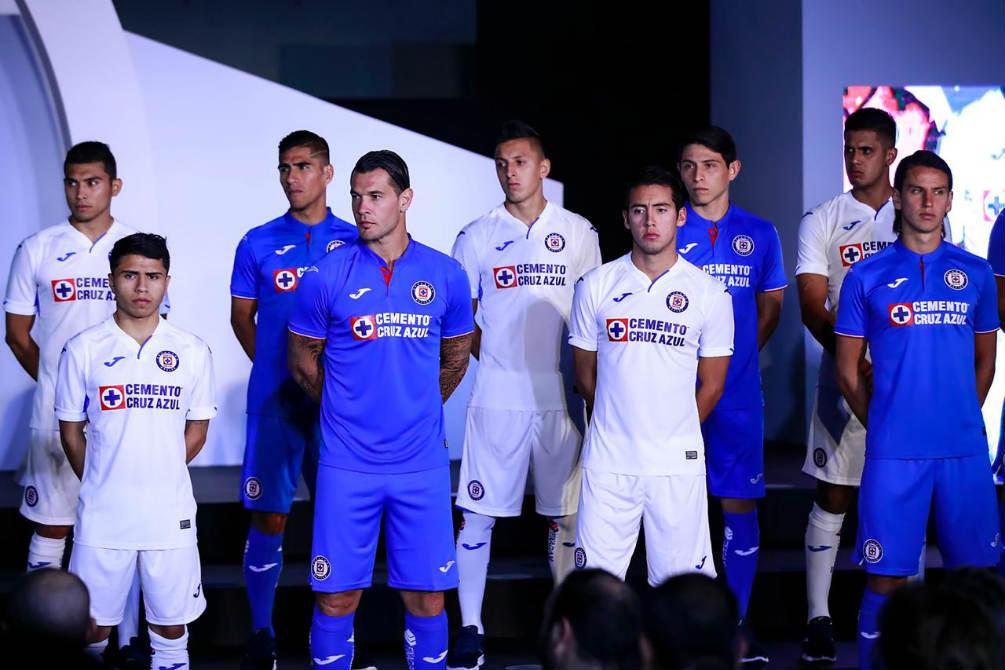 1364d979c89 Jugadores del Cruz Azul durante la presentación del uniforme