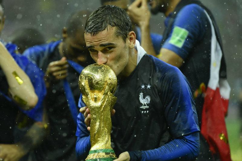Griezmann besa la Copa del Mundo
