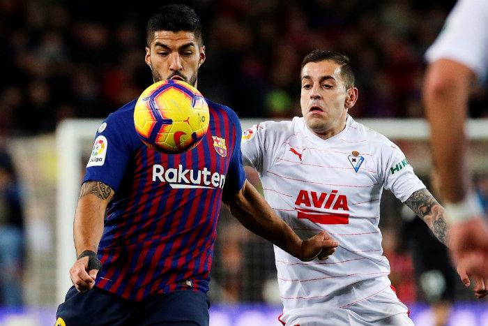 Suárez disputando un balón con el Barcelona