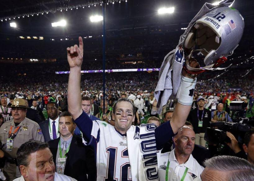 Brady alza los brazos tras derrotar a Seattle