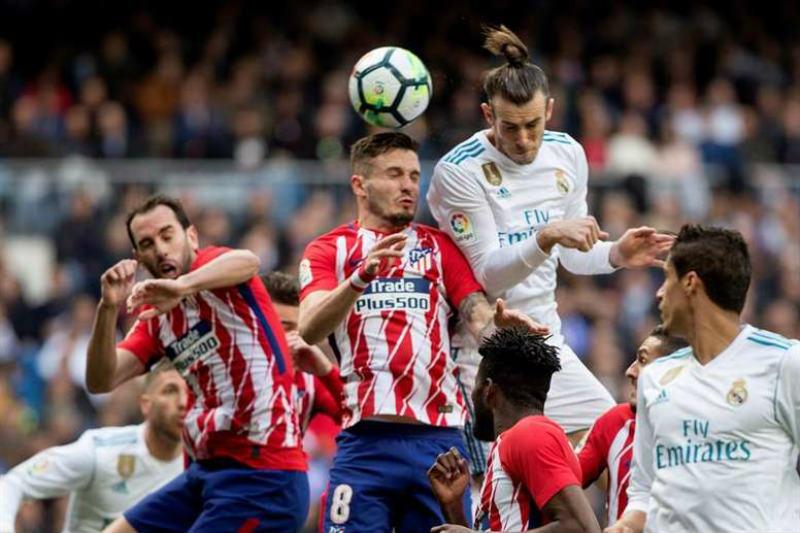 6e13356f5d52e Gareth Bale intenta cabecear un balón frente al Atlético de Madrid