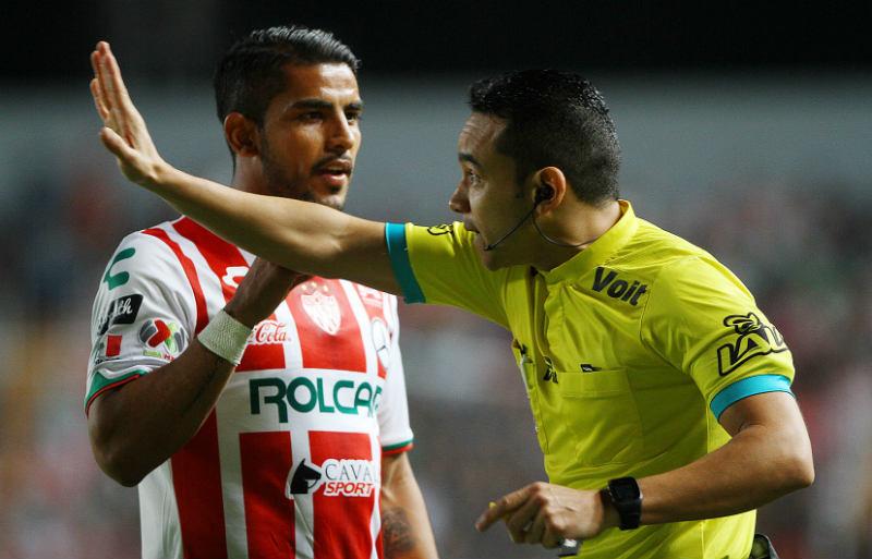 Miguel Ponce discute con el árbitro cuando jugaba en el Necaxa
