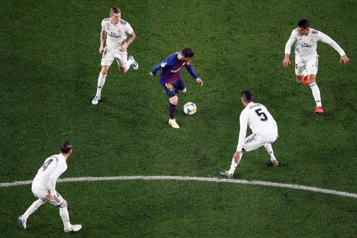 Messi con el balón durante el juego contra el Real Madrid  8aa30177747ae