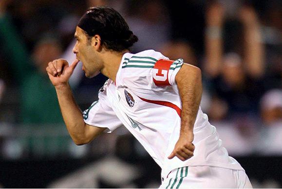 Rafa celebra un gol con la Selección Mexicana
