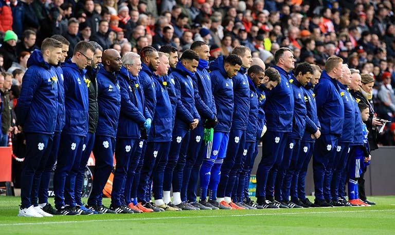 Minuto de silencio de los jugadores de Cardiff por Sala  92efbc2417d1c